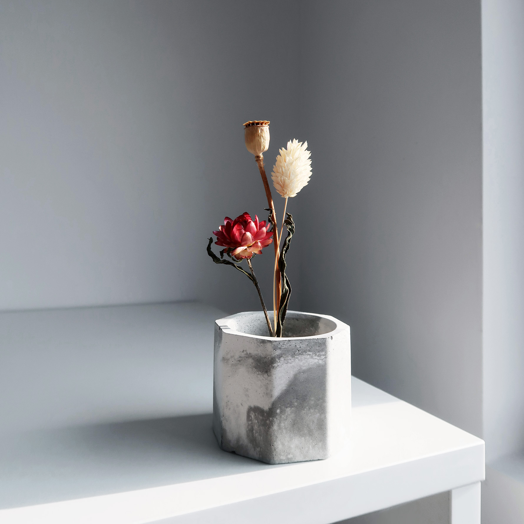CARRARA 卡拉拉多用途水泥黃銅座盆器 / Marbling concrete candle holder with dried flowers