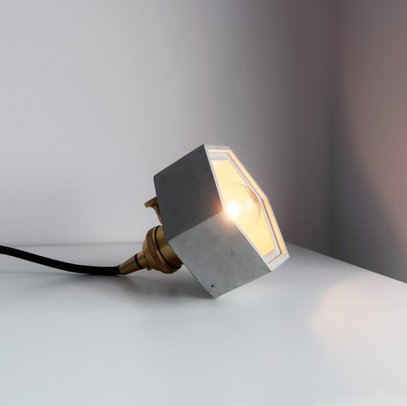 HALO 光圈黃銅六邊型斜角水泥夜燈 / Brass concrete lamp